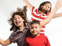 niños saltando en actividades extraescolares