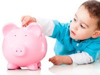 Niño metiendo la paga en su hucha de cerdito